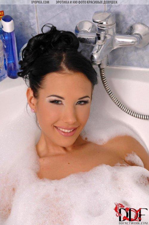 Грудастая голая баба мастурбирует резиновым фалосом в ванной