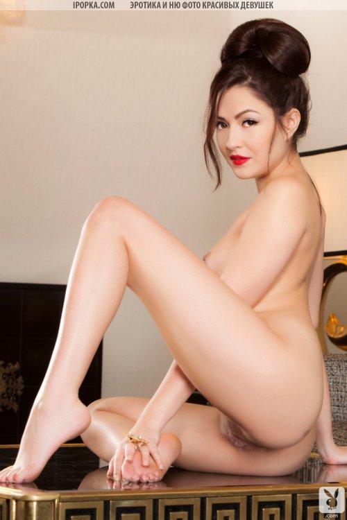 Голая девушка сексуально сняла халат и раздвинула ноги
