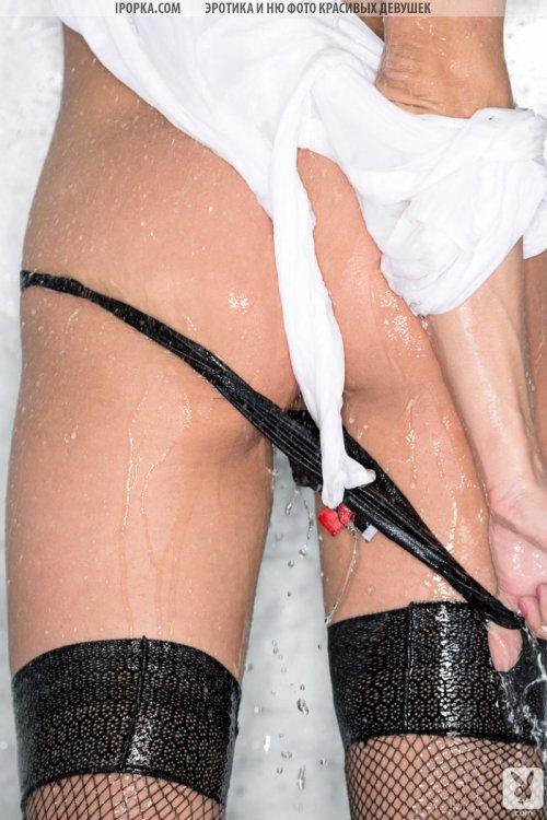 Красивая и мокрая женская попка моется в душе