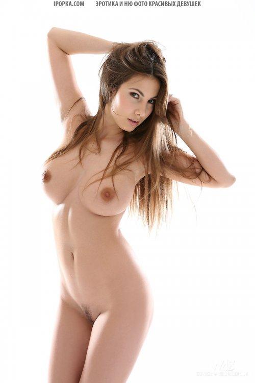 Сисястая девочка показывает обнаженную грудь и тугую задницу сзади
