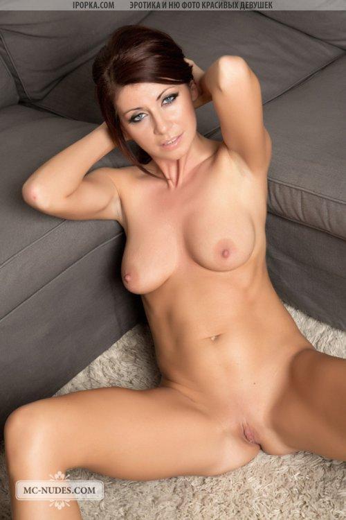 Натуральная девушка и ее сексуальная эротика обнаженного тела