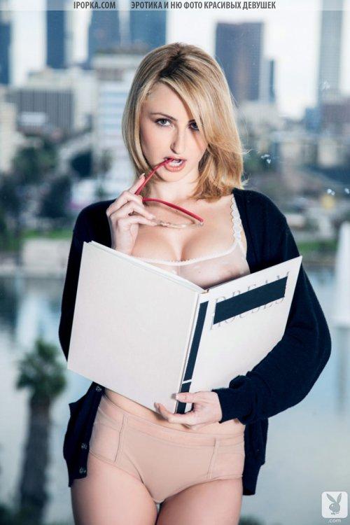 У секси девушки видно красивую грудь с нежными сосками