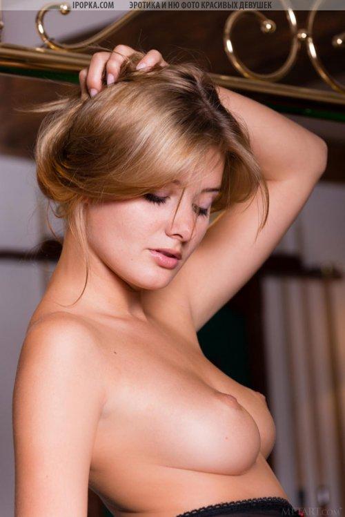 Просто красивая девушка и ее эротика шикарной женской груди