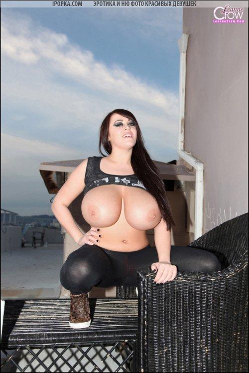 Девушка показывает свои огромные сисяндры очень большого размера