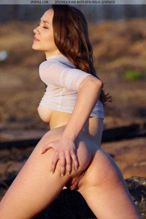 Классные голые фото симпатичной девушки на закате