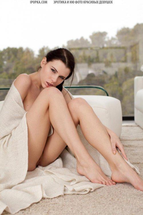 Голая девушка с длинной косой сексуально показывает тело