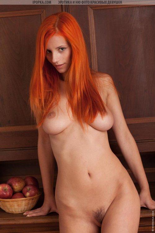 Сисястая рыжая телка с супер шикарной грудью и задницей