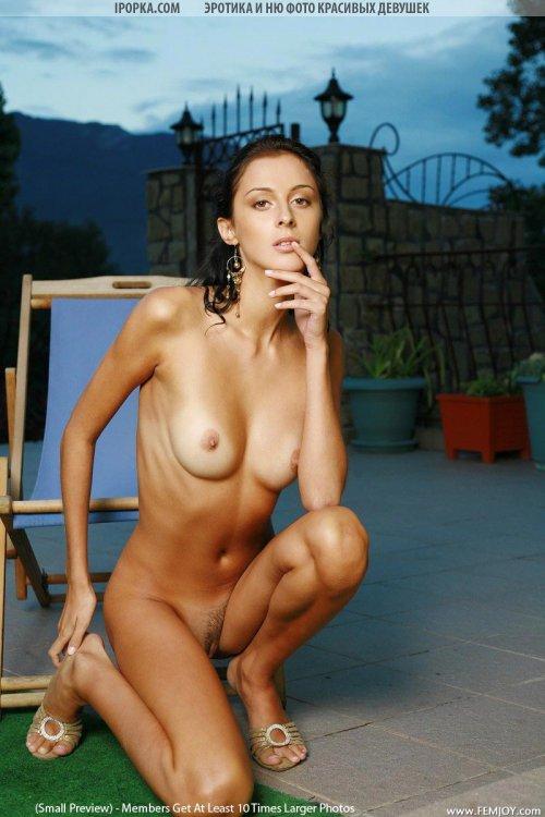 Следы от купальника на красивом голом теле девушки