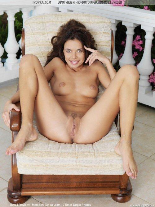 Красивая молодая девушка хочет соблазнить видом голой вагины