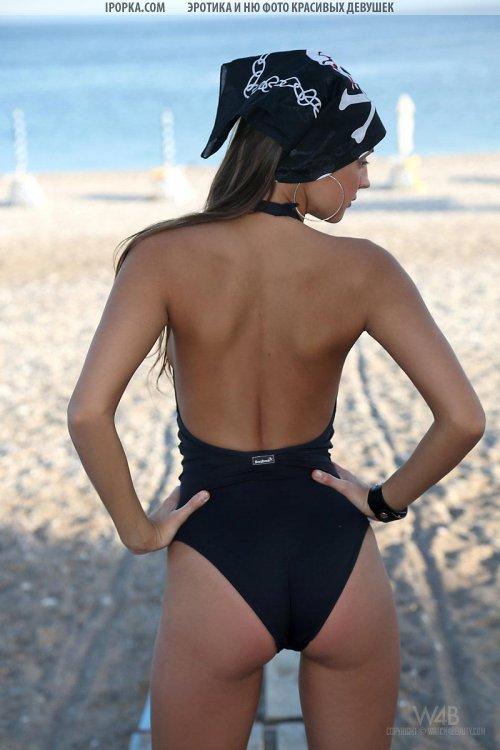 Горячая девка полностью снимает купальник на пляже