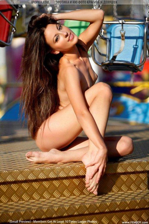 Обнаженная молодая попочка и красивые ступни девушки