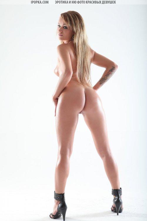 Красивая попка блондинки в тугих джинсах на кастинге