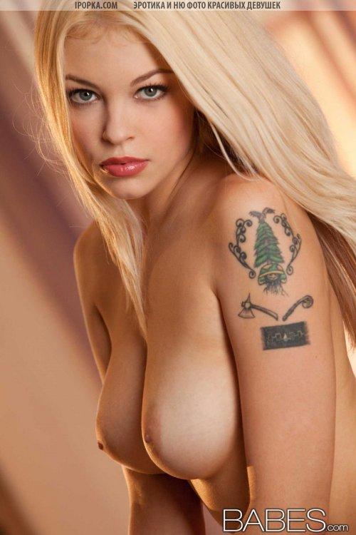 Блондинка в купальнике обнажила круглую попку и пилотку