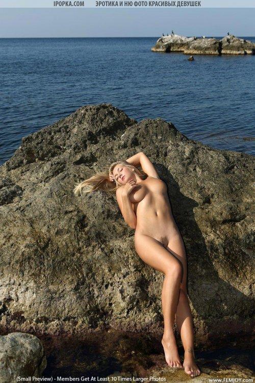 Грудастая молодая девушка с голой задницей и грудью на море