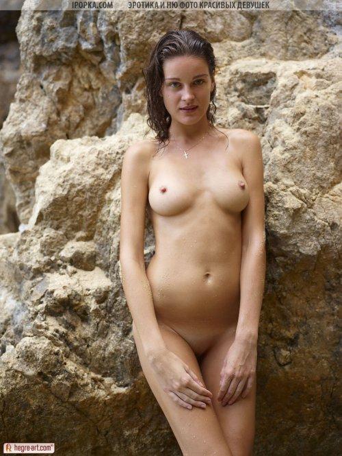 Просто красивая эротика голой девушки на природе в воде