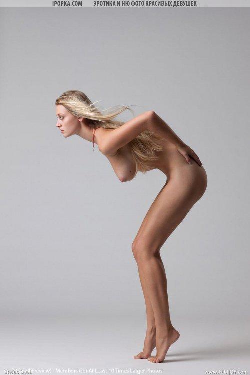 Стройная голая девушка с очень красивым бюстом