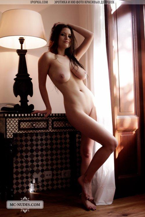 Ню фотографии обнаженной девушки с натуральной грудью
