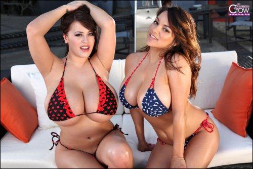 Огромные женские груди еле помещаются в бикини у девушек