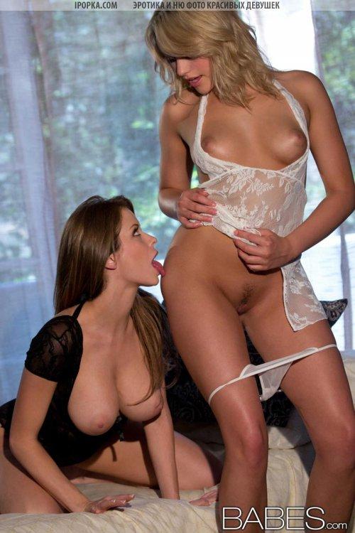 Грудастые красивые лесбиянки лижут соски и ласкают языком киску