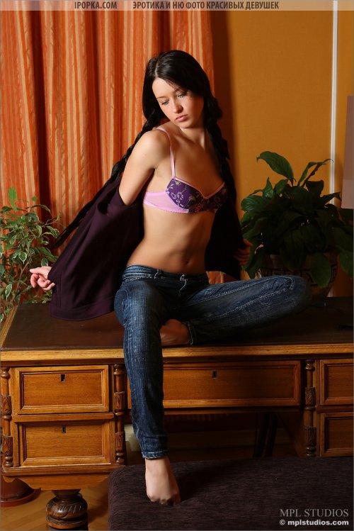 Сочная девичья попка в обтягивающих джинсах