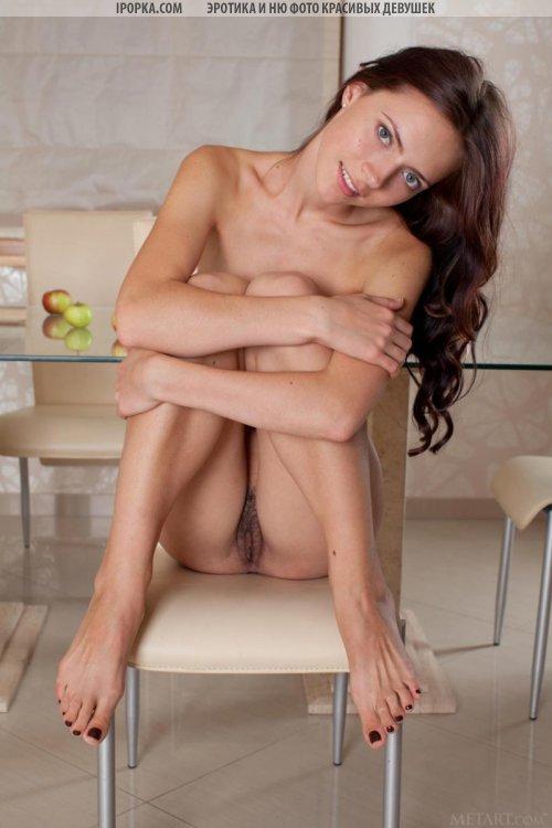 Милая обнаженная девушка показала хорошую эротику на кухне