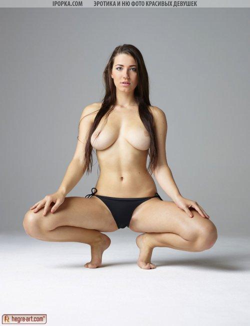 Идеальная красивая женская грудь фото модели в бикини