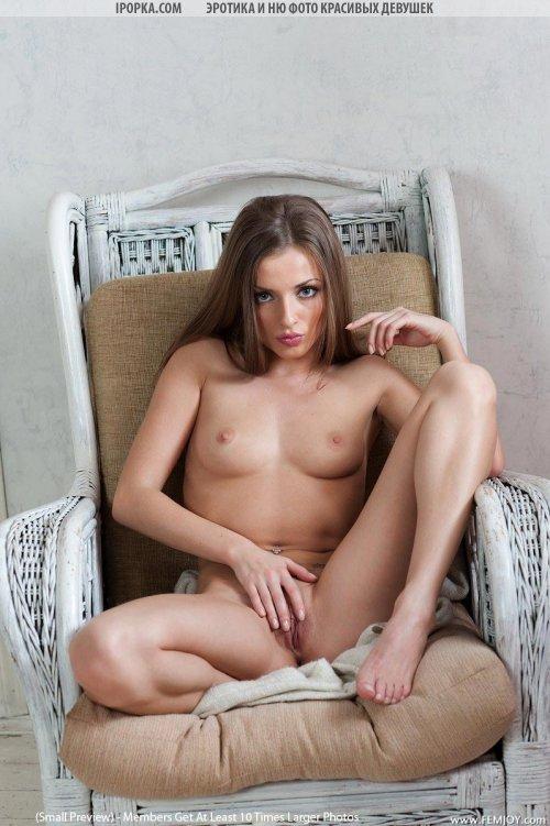 Худая голенькая девушка с красивой голой попочкой