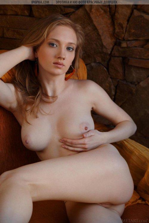Классная большая грудь милой обнаженной девушки
