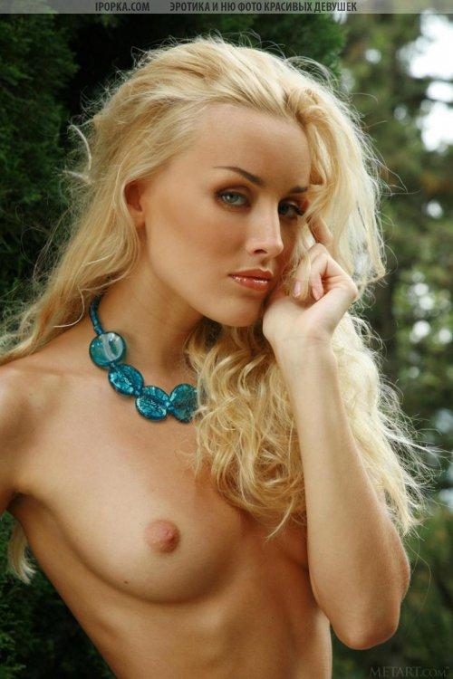 Роскошная голенькая блондинка с красивой маленькой грудью