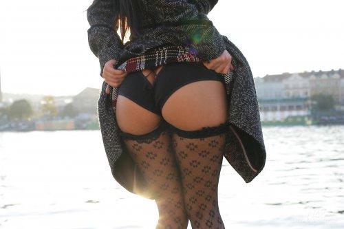Девушка засветила голые сиськи и киску в публичном месте