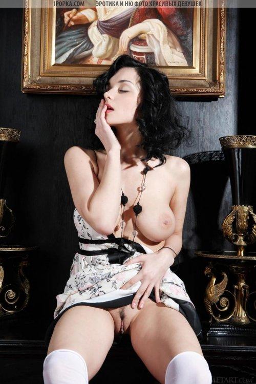Шикарная голая брюнетка с очень красивой формой груди
