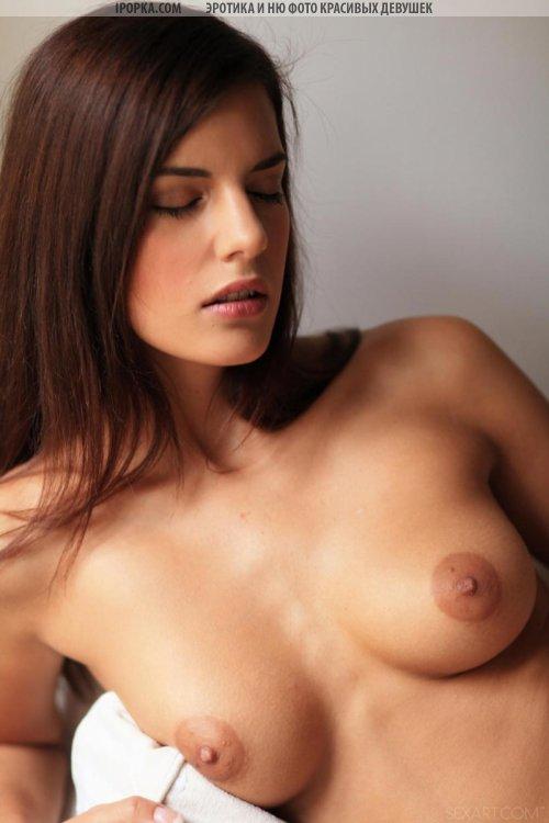 Сладкие сиськи идеальной голой девушки с пирсингом в пупке