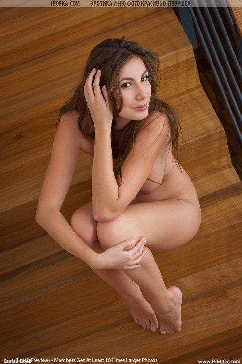 Красивые женские формы показала очаровательная голая девушка