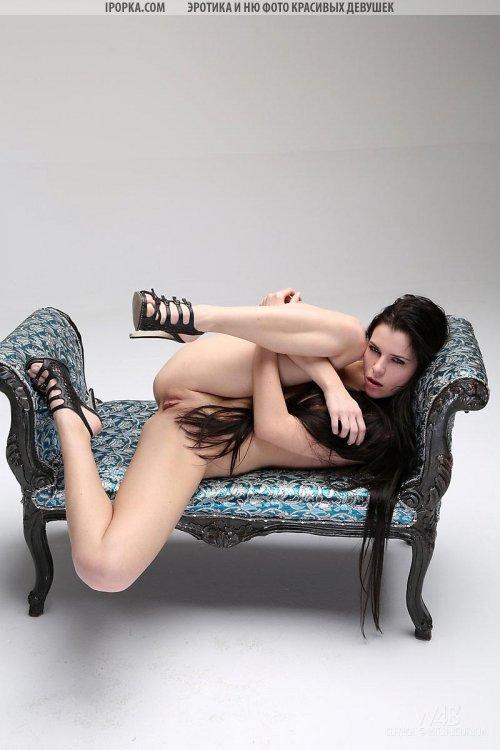 Супер горячая брюнетка в эротичном белье и туфлях голая