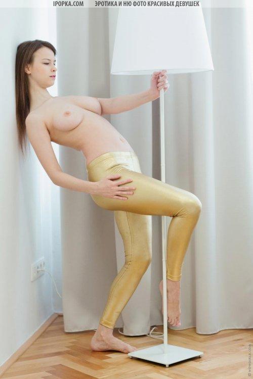Фото сисястой девушки и ее сочная попка в лосинах
