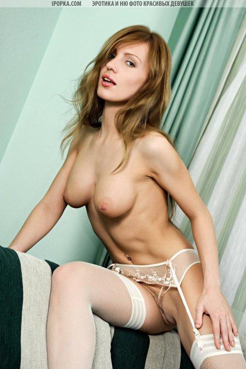 Пиздатая девушка в белых чулках оголила красивую грудь