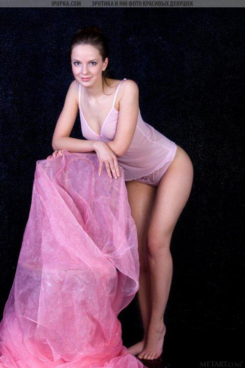 Милая девушка показывает обнаженное тело и классную жопу