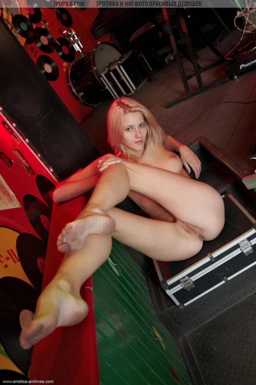 Худая голая блондинка выставила на показ пизду в клубе