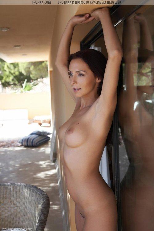 Смуглая стройная девушка и ее горячая эротика голышом