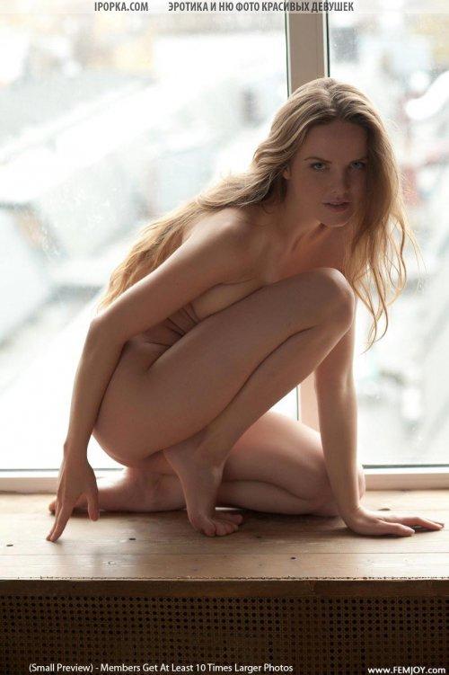 Эротика полностью обнаженной девушки на окне