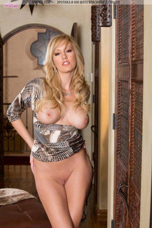 Хорошая женская попка сексуальной красотки блондинки