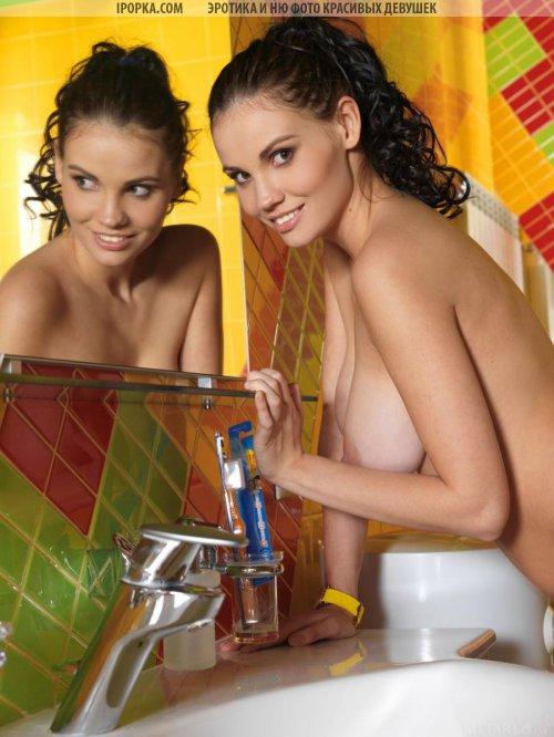 Большие груди женщины фото эротика в ванной комнате