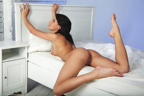Голая девушка лежит в постели фото сладкой письки
