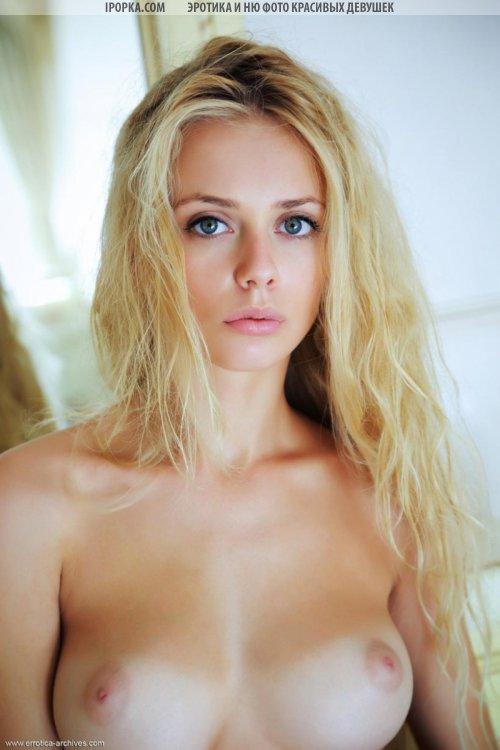 Секси девочка блондинка голая под халатом после ванны