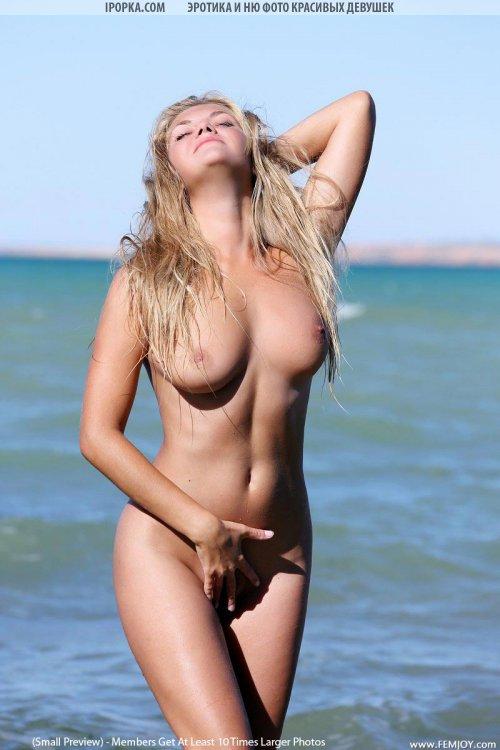 Девка загорает голышом на пляже классная эротика летом