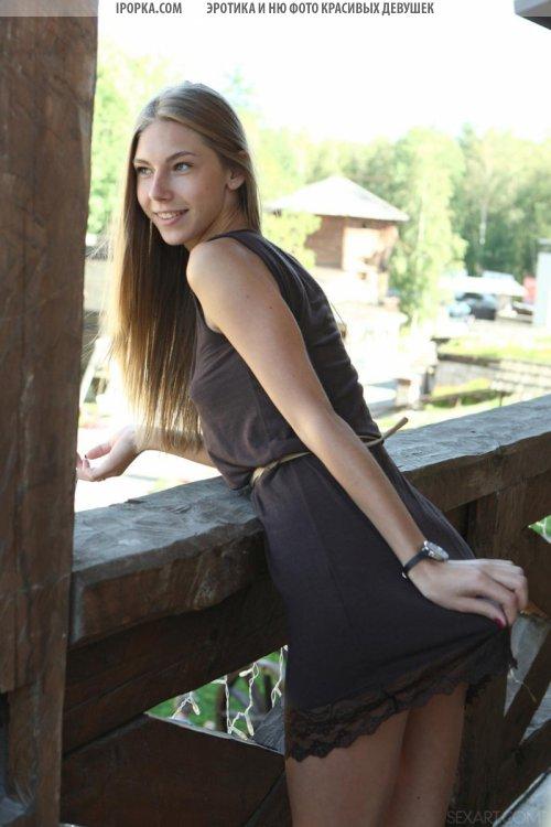 Голая девушка в лесу балуется проникновением в киску фото