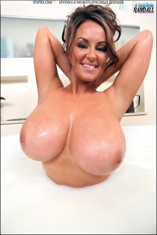 Женщина купает очень большие сиськи в молоке смотреть