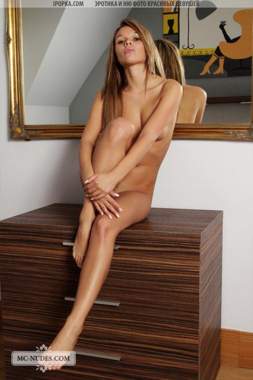 Аппетитная голая девочка красивая эротика у зеркала