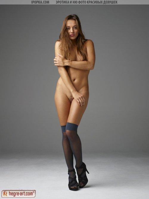 Крутая эротика красивой голой девочки в чулках