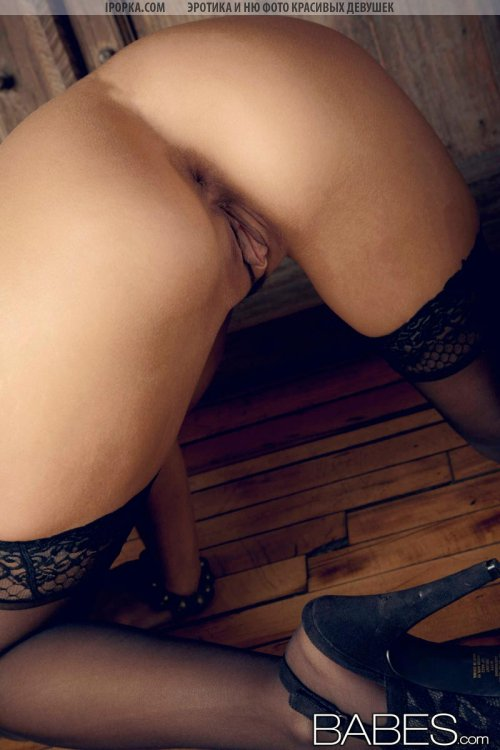 Классная голая женская задница в черных чулках фото